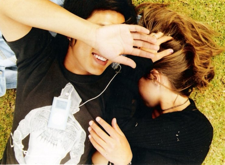 Couple_lying_on_grass